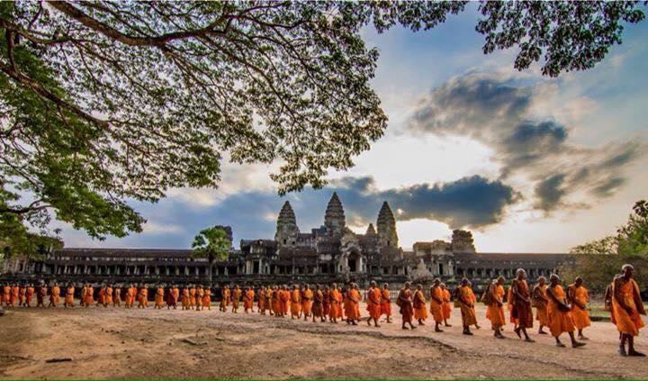 Angkor_Wat_and_Buddhist_Monks